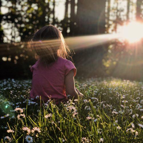 jeune femme parmi les fleurs